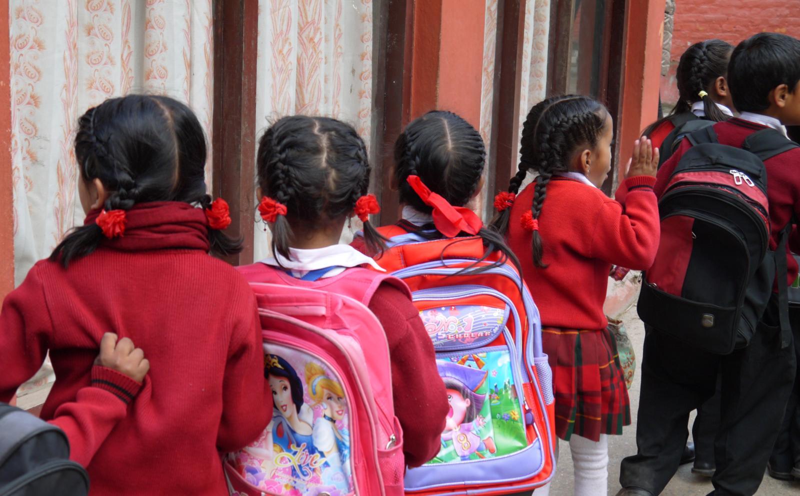 Niños en fila esperando entrar a su salón.
